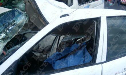 Muere taxista tras impactarse con combi