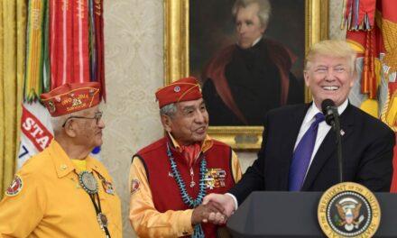 """Trump llama """"Pocahontas"""" a senadora en reunión con indígenas"""