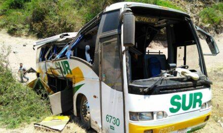 Autobús cae a un barranco  en Acatlán