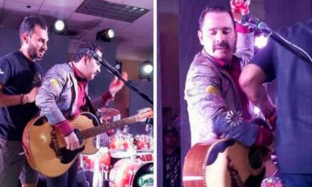 En pleno show, dan botellazo a vocalista de Tucanes de Tijuana