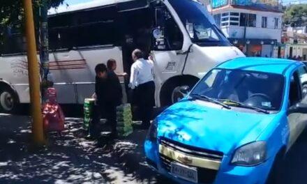 Micro de Acapetlahuacan chocó contra taxi