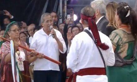 Entregaron Pueblos indígenas Bastón de Mando a AMLO