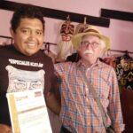 Secretario de Cultura visitó a mascarero en Acatlán de Osorio