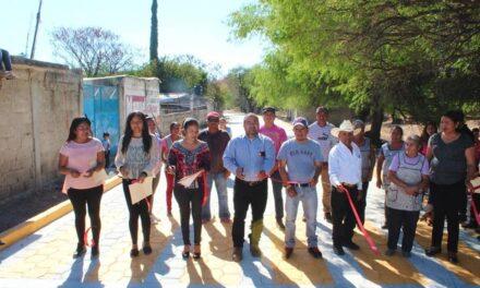 Inaugura Manuel Gil otro adoquinamiento en Tepeojuma
