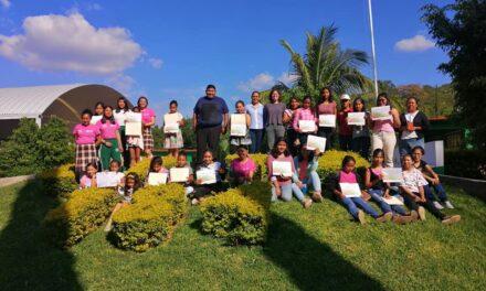 Mujeres líderes en STEAM ayudan al empoderamiento de mujeres en Acatlán