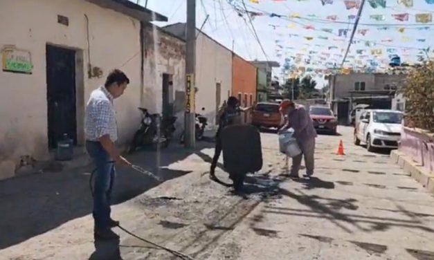 Vecinos se unen para arreglar calles en Chiautla de Tapia
