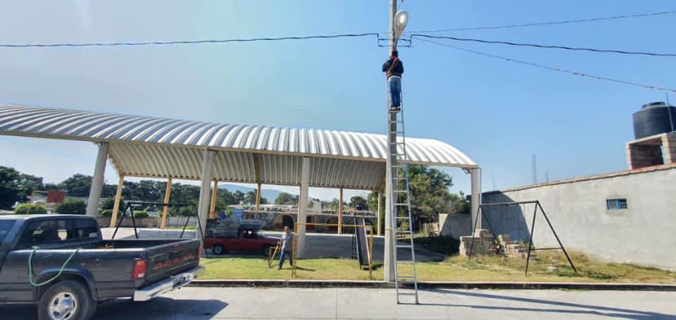 Dan mantenimiento a luminarias en comunidades de Tepeojuma