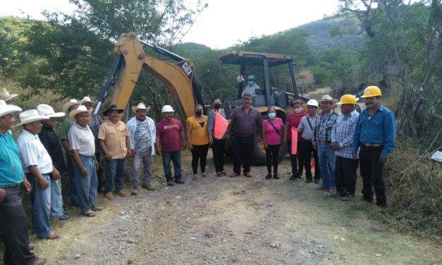 Rehabilitan brechas en caminos de Huehuetlán