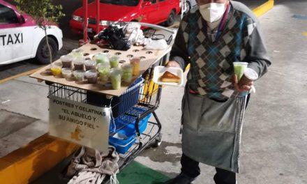 Abuelito vende postres para pagar la operación de su nieto