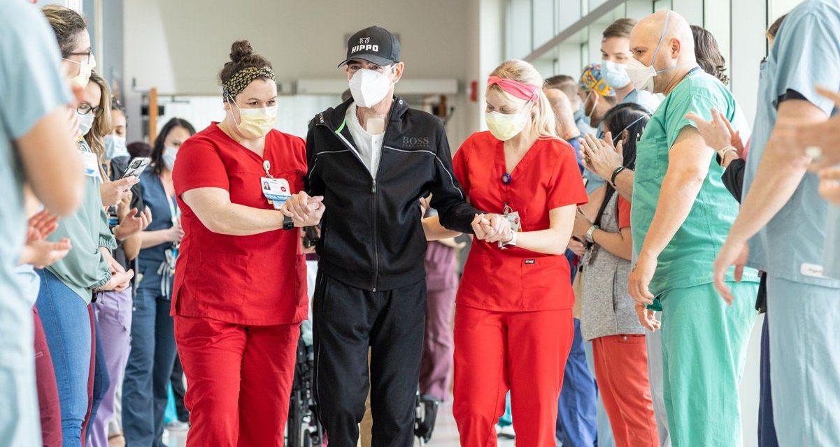 Toño Mauri sale de hospital en medio de aplausos