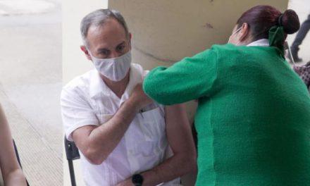 Hugo López-Gatell, se vacuna contra el covid-19
